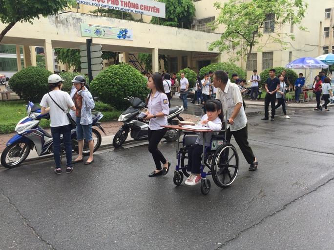 Thí sinh khuyết tật Lê Thị Hà An (trường THPT Nguyễn TRãi, Ba Đình, Hà Nội) được người nhà và bạn cùng lớp là Nguyễn Diệu An đưa đến trường thi