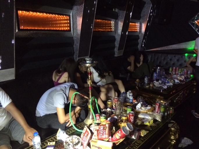 Bên trong quán karaoke Ruby vào thời điểm công an đột kích