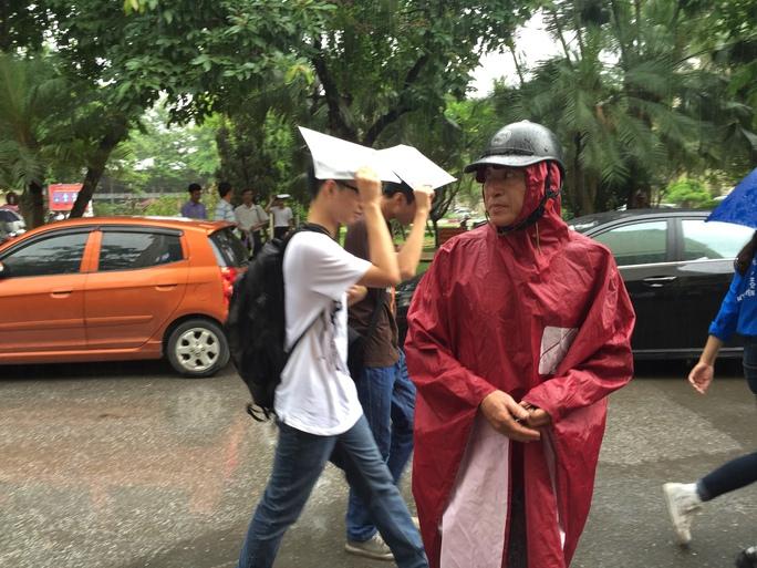 Phụ huynh và học sinh cùng vất vả dưới trời mưa