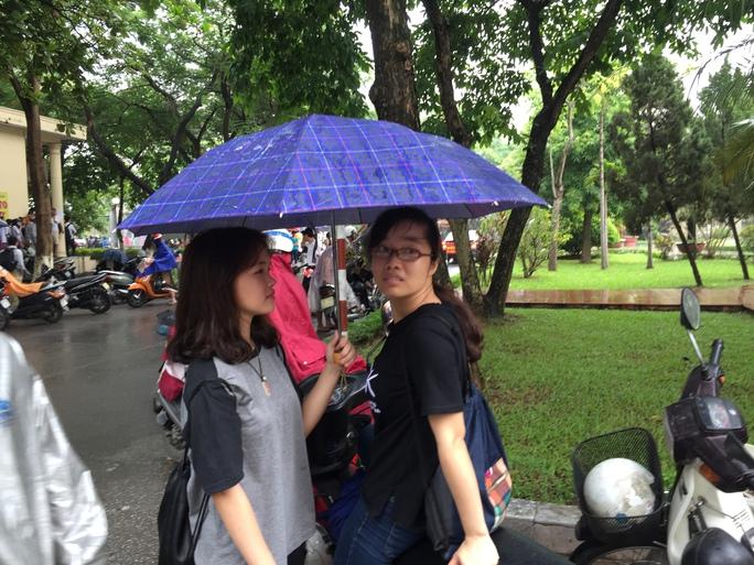 Cơn mưa lớn tại Hà Nội trước giờ làm thủ tục dự thi khiến các thí sinh rất vất vả trong việc đến địa điểm thi