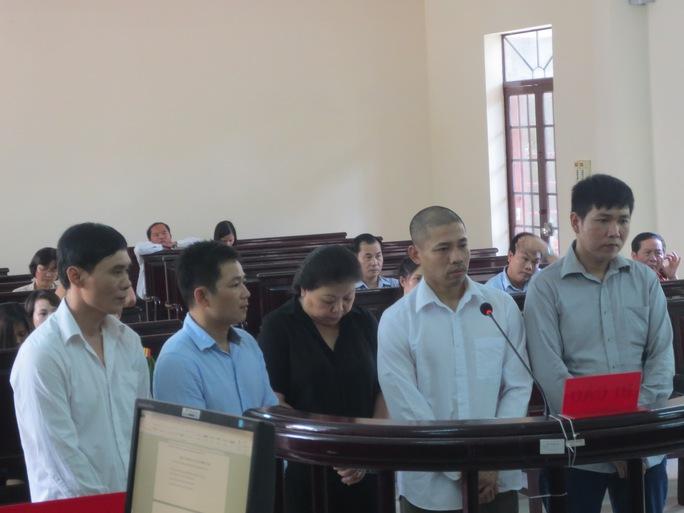 Bị cáo Vy (ảnh giữa) cùng nhóm đối tượng đòi nợ thuê tại phiên xét xử sơ thẩm