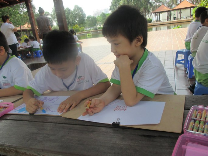 Nên tạo hứng thú cho trẻ thể hiện khả năng hơn là bắt ép trẻ học chữ sớm. Ảnh: NLĐO