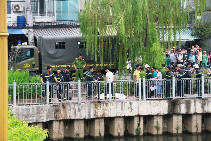 Lực lượng chức năng có mặt tìm kiếm nạn nhân