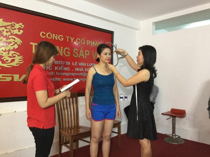 NS Việt Trinh trong buổi đo đạc những chỉ số cho vai diễn Bạch Cúc