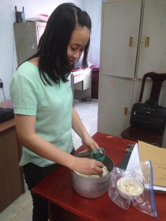 Đại diện phòng y tế kiểm tra mẫu cơm đã nấu thử nghiệm