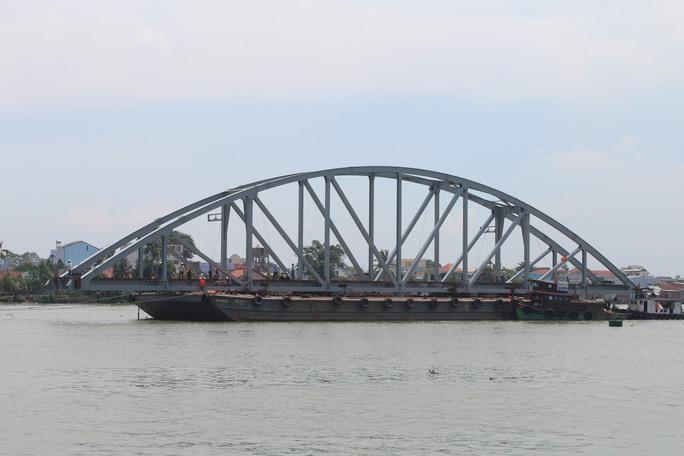 Sau thời gian thi công khẩn trương, song song việc xây các trụ cầu, các nhịp dầm cầu được chuyển về