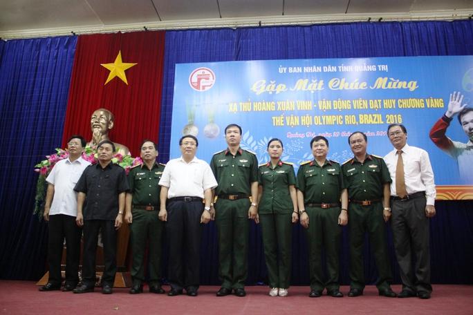 Đại tá Hoàng Xuân Vinh chụp ảnh lưu niệm