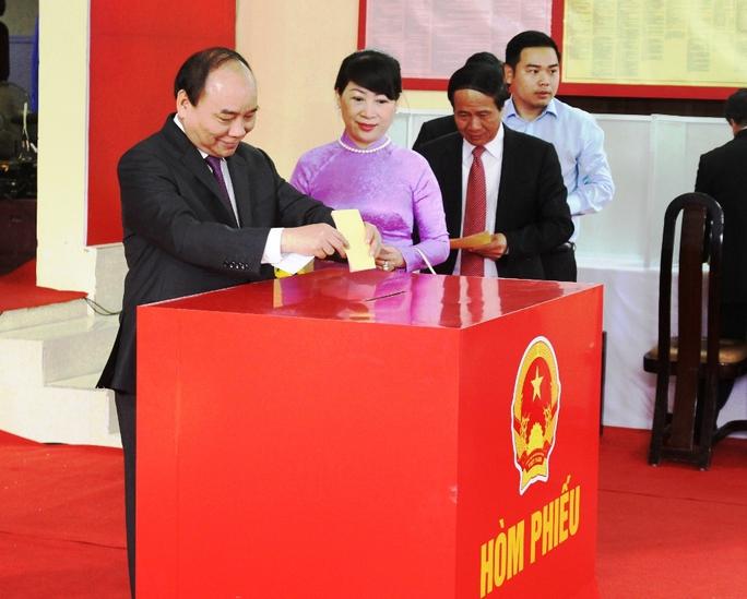 Thủ tướng Nguyễn Xuân Phúc cùng phu nhân bỏ lá phiếu đầu tiên