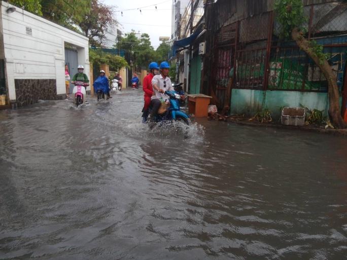 Một số con hẻm thông ra đường Nguyễn Xí cũng chịu chung cảnh ngập không lối thoát