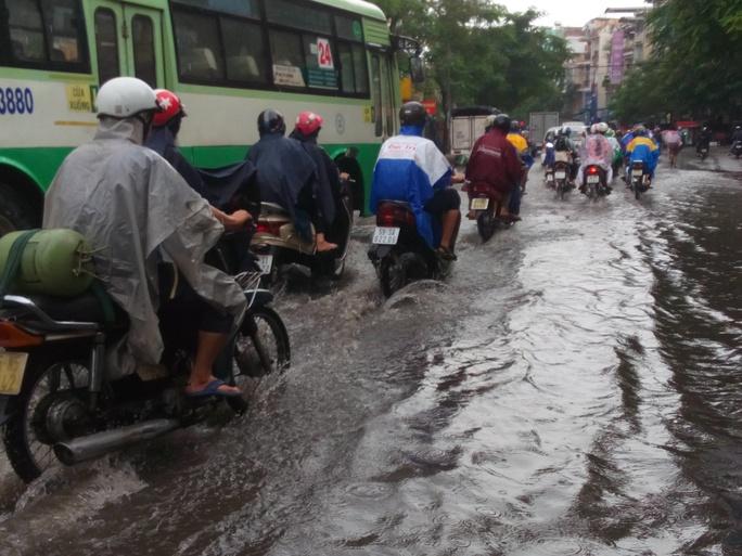 Một phần đường Đinh Bộ Lĩnh giao nhau với đường Nguyễn Xí Cũng bị ngập nước