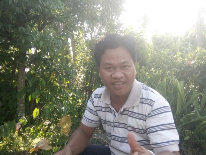 Anh Phan Văn Chanh Ly kể lại việc xuýt bị rắn lục đuôi đỏ tấn công. Ảnh: Công Tuấn