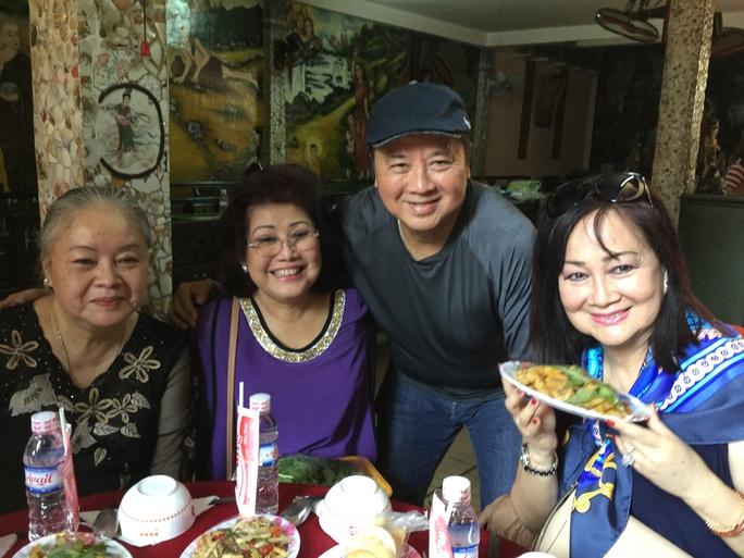Vợ chồng nghệ sĩ Bảo Quốc và Phượng Liên, Thanh Nguyệt chuẩn bị bàn cơm chay tại chùa An Phú