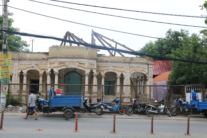 Căn biệt thự cổ tại số 237 Nơ Trang Long (quận Bình Thạnh) được tháo dỡ vào trưa 26-6.