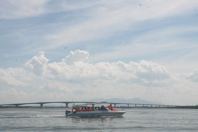 Cầu Cửa Đại bắc qua sông Thu Bồn nối liền TP Hội An với các huyện Duy Xuyên, Thăng Bình