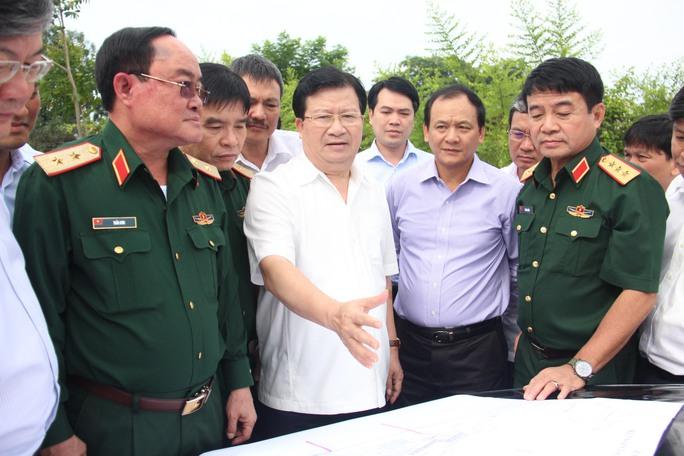 Phó Thủ tướng Trịnh Đình Dũng làm việc với Bộ Quốc phòng về việc giải quyết tình trạng kẹt xe, an toàn bay ở sân bay Tân Sơn Nhất.