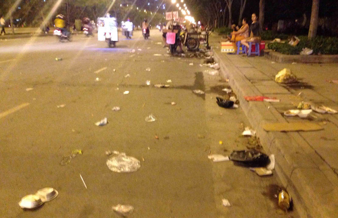 Đường Mai Chí Thọ (quận 2) được phủ màu trắng xóa bởi rác