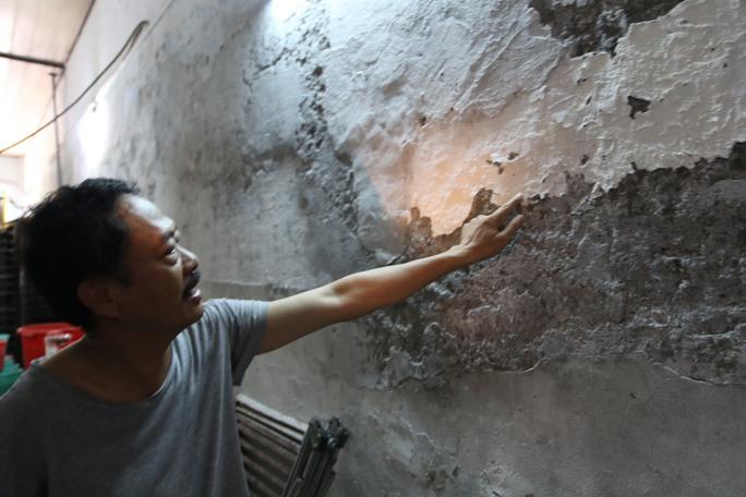 Những vách tường sau khi quét vôi một thời gian ngắn sẽ bị muối ăn làm bong tróc, tường có dấu hiệu sụp đổ.