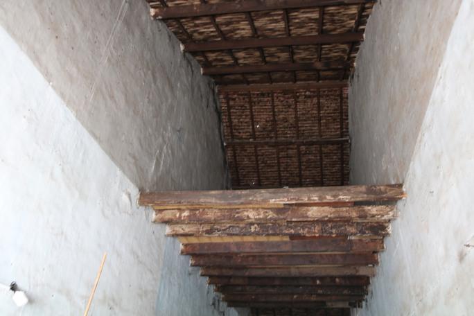 Dù sàn nhà bị mối ăn có khả năng sập bất cứ lúc nào nhưng người sống không thể đập bỏ hoặc sửa chữa được vì được cho đây là nhà cổ.