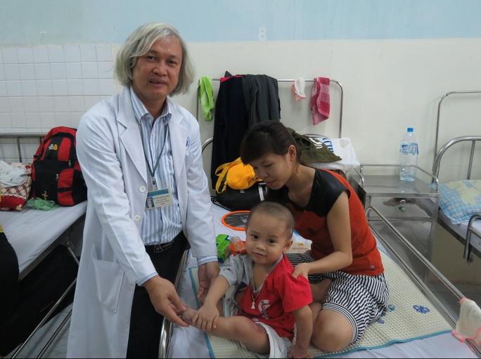 BS Nguyễn Đăng Ngọc cho biết hiện tại các vết thương của bé đã lành rất tốt, đủ điều kiện để lắp chân giả