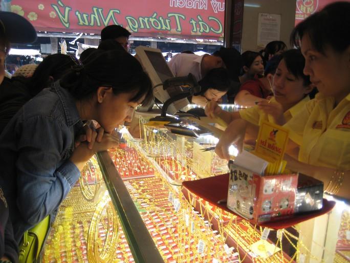 Ngoài sức mua vàng nhẫn, nữ trang vào ngày Thần tài - mùng 10 tháng Giêng (17-2), thị trường vẫn vắng bóng người mua vàng miếng SJC