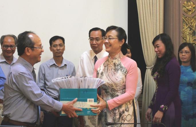 Bà Nguyễn Thị Quyết Tâm, Chủ tịch HĐND TP, Chủ tịch Ủy ban bầu cử TP HCM đã tận tay trao hồ sơ đại biểu cho ông Nguyễn Hoàng Năng, Chủ tịch Ủy ban MTTQ TP.