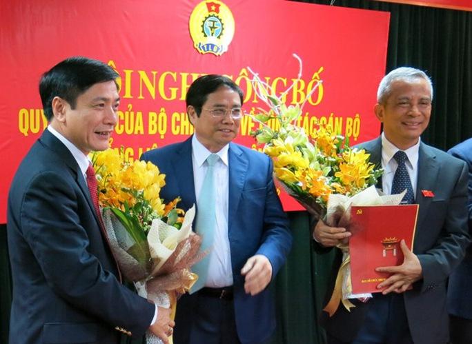 Trưởng ban Tổ chức Trung ương Phạm Minh Chính trao các quyết định cho ông Đặng Ngọc Tùng (phải) và ông Bùi Văn Cường (trái)