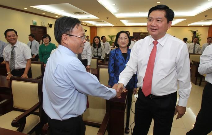 Ông Đinh La Thăng thăm hỏi các đại biểu