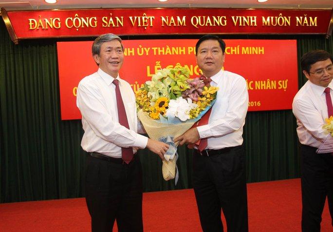 Ông Đinh Thế Huynh chúc mừng ông Đinh La Thăng nhận nhiệm vụ mới tại TPHCM