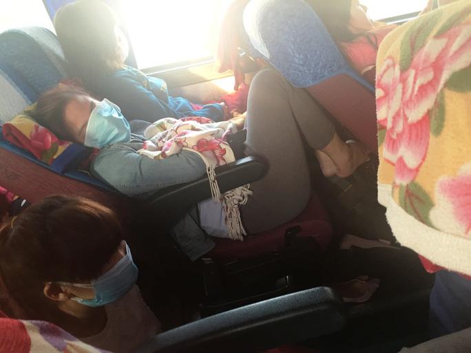 Vì quá đông người khiến nhiều hành khách mệt mỏi. Số khác không còn ghế phải ngồi dưới sàn.