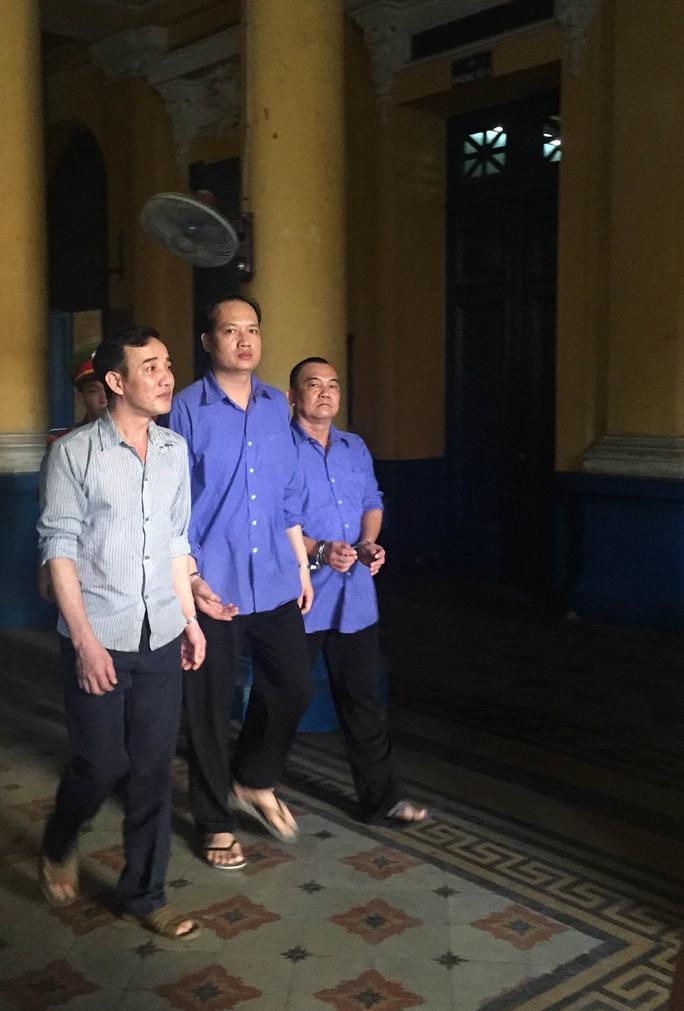 Nguyên cán bộ hải quan Bùi Anh Tuấn (giữa) hưởng án treo vì gia cảnh khó khăn