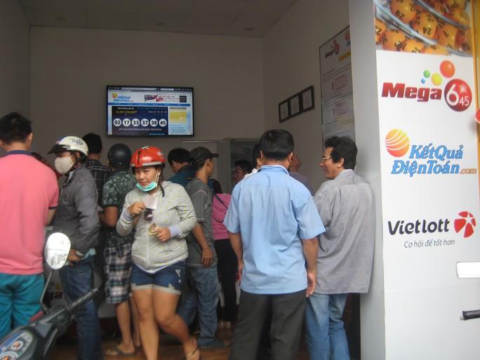 Nhiều người chờ mua vé số điện toán