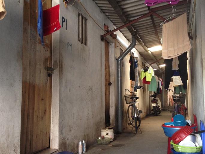 Phần lớn người lao động ở các Khu công nghiệp - Khu chế xuất phải ở trọ trong những căn phòng chật chội, ẩm thấp như thế này để giảm chi phí - ảnh: Văn Duẩn