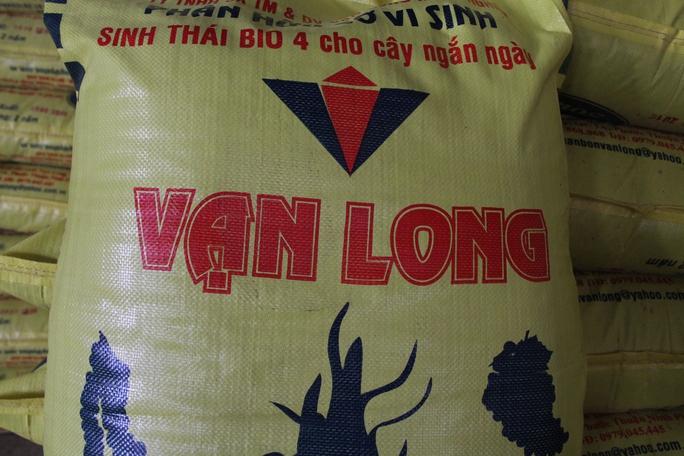 Sau khi đấu trộn trái phép, phân bó được đóng bao đưa đi tiêu thị tại tỉnh Ninh Thuận.
