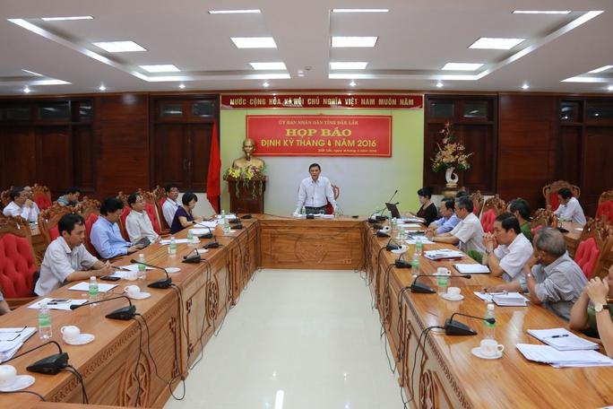 Phó chủ tịch UBND tỉnh Đắk Lắk Nguyễn Tuấn Hà trả lời câu hỏi tại buổi họp báo