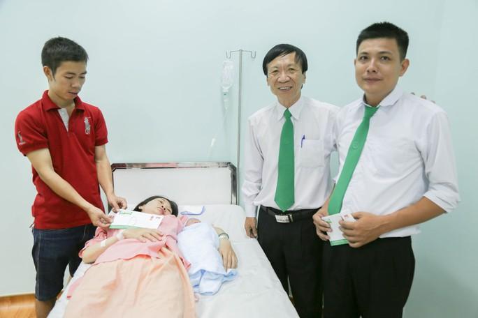 Ông Nguyễn Tuấn Sinh - Chủ tịch Công đoàn Mai Linh đến thăm sản phụ và tuyên dương tài xế Trần Văn Minh Chiến