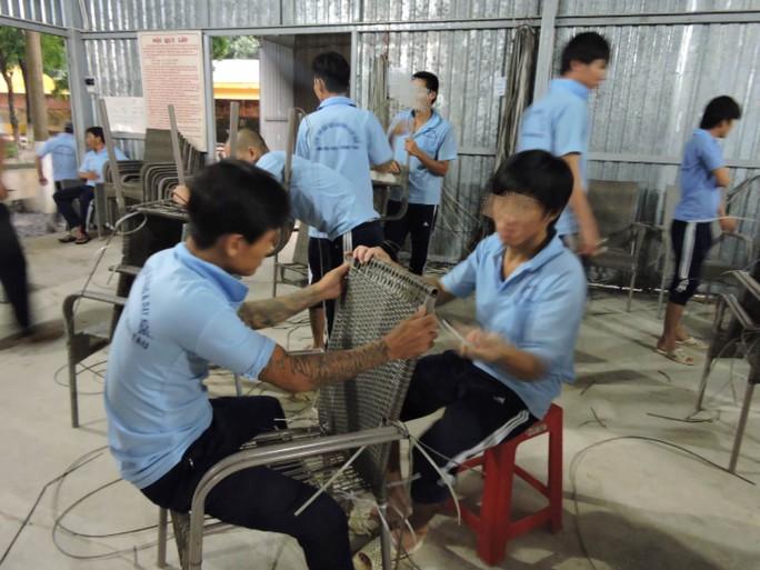 Học viên nam được đào tạo nghề đan mây giả