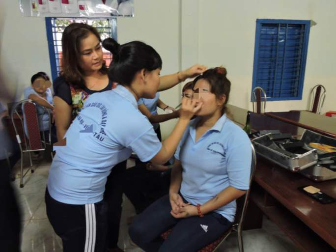 Học viên nữ được đào tạo nghề trang điểm