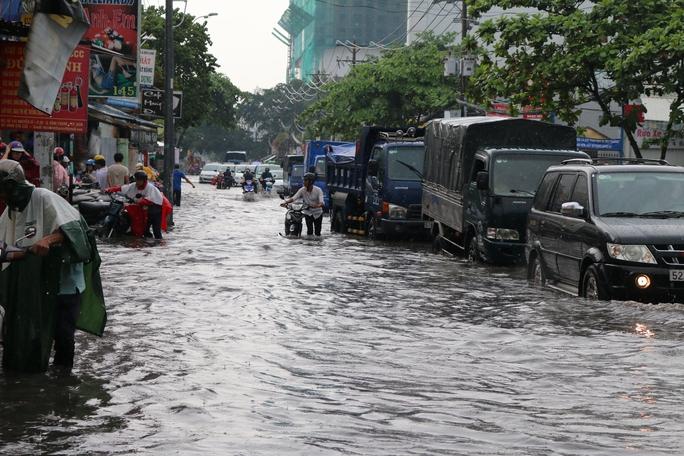 Tương tự, khu vực đường Nguyễn Xí đoạn từ cầu Đỏ đến ngã tư Đinh Bộ Lĩnh - Nguyễn Xí, quận Bình Thạnh ngập sâu hơn nửa bánh xe