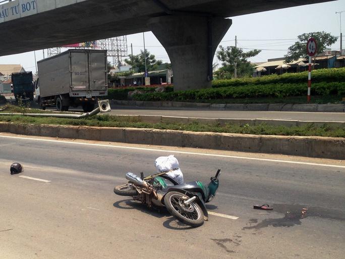 Xe máy của nạn nhân nằm chỏng chơ ở hiện trường