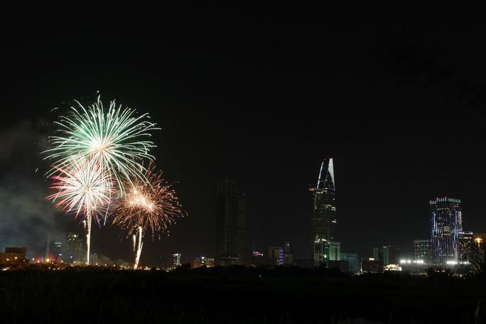 Đúng 21 giờ pháo hoa được bắn lên trong niềm hân hoan, thích thú của nhiều người dân