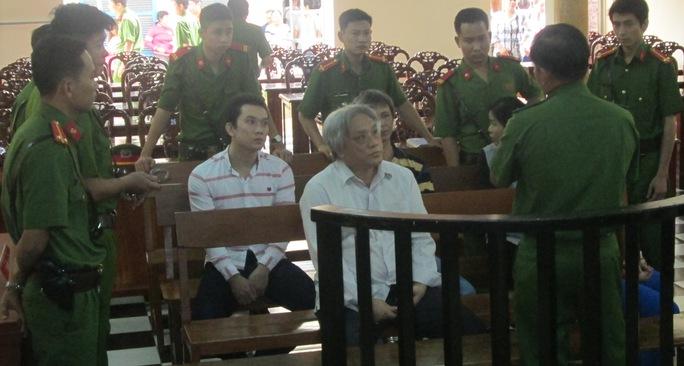 Trùm buôn lậu đường cát Vi Ngươn Thạnh (ngồi, tóc bạc) cùng với các đồng phạm trong giờ nghỉ giải lao tại phiên tòa chiều ngày 28-6.