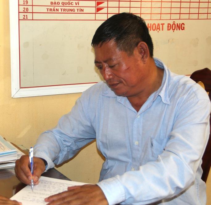 Lay Buôn Thy đang ghi vào biên bản tự khai llúc vừa bị tạm giữ tại Công an huyện Tịnh Biên.