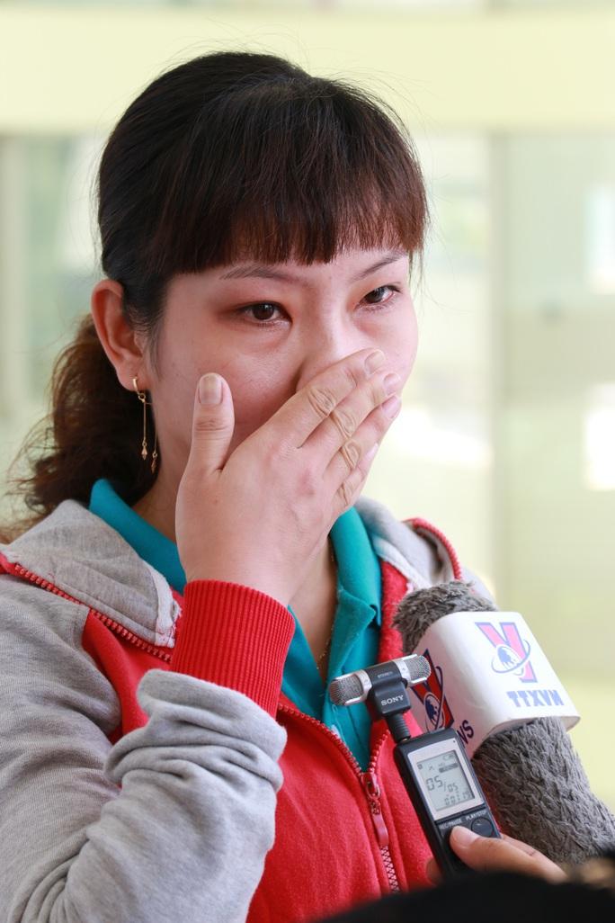 Nữ công nhân Võ Thị Ánh Hồng bật khóc khi trao đổi với phóng viên về hoàn cảnh gia đình, đặc biệt là sự quan tâm của tổ chức Công đoàn Ảnh: VĨNH TÙNG