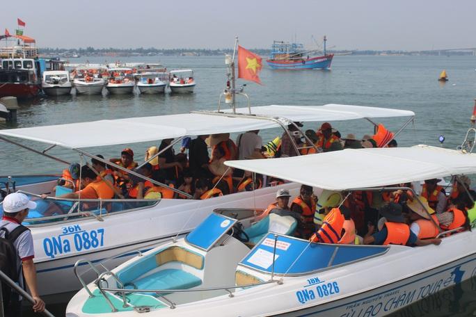 Nhiều du khách mắc kẹt ở Cù Lao Chàm đã được đưa về bờ an toàn