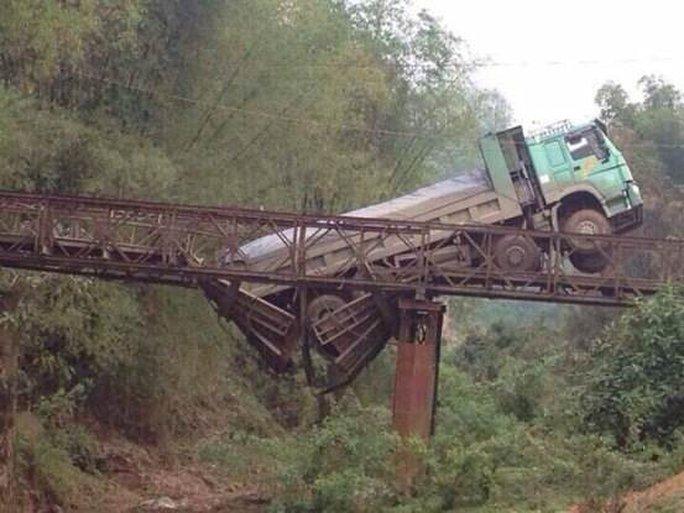 Chiếc xe tải làm sập mặt cầu - ảnh otofun