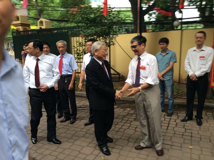 Tổng Bí thư bắt tay, hỏi thăm cử tri đi bỏ phiếu - Ảnh: Nguyễn Quyết
