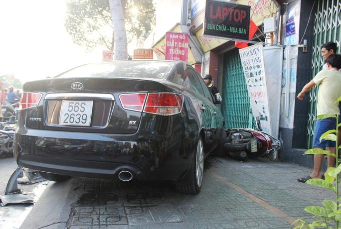 Ô tô điên chỉ dừng lại khi lao vào biển hiệu của 1 cửa hàng bên đường
