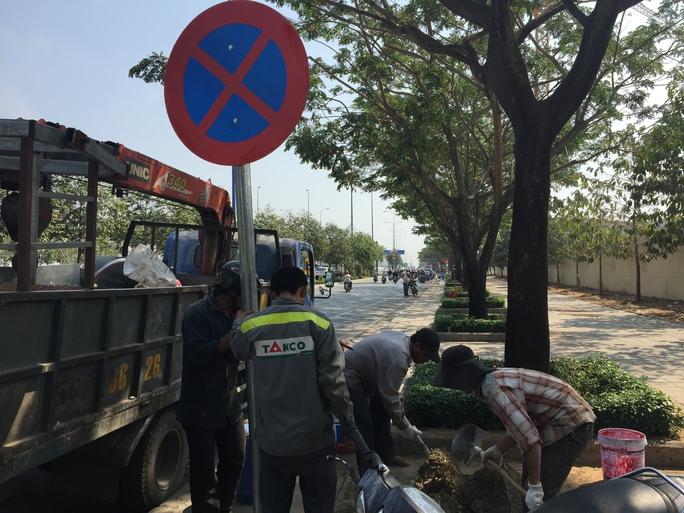 Tiến hành gắn bảng cấm đậu, đỗ trên đường Mai Chí Thọ (quận 2)