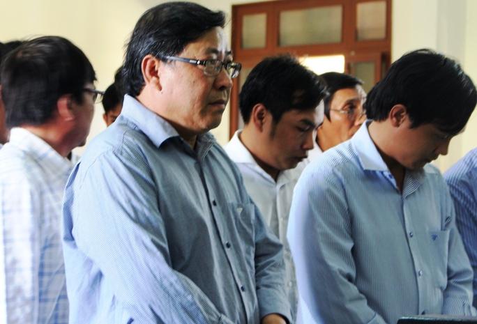 Bị cáo Nguyễn Tài (thứ 2 từ trái sang) nhận 12 năm tù vì chỉ đạo làm trái