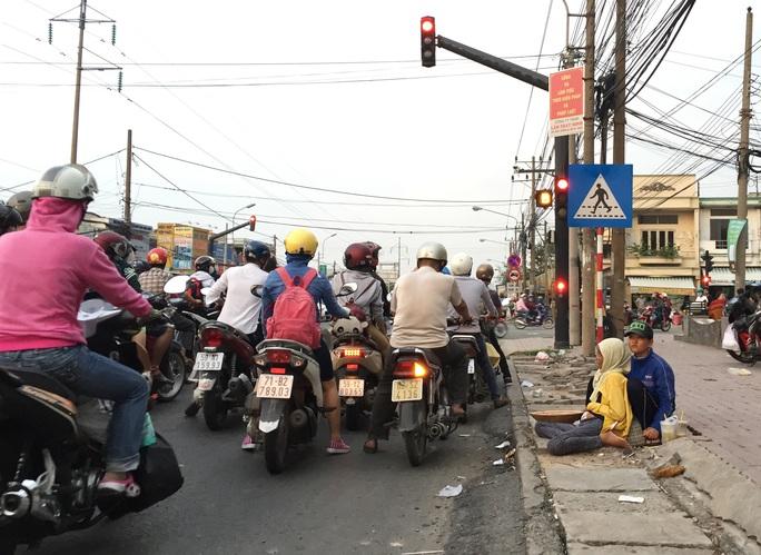 Hình ảnh người bệnh phơi nắng, phơi sương ngồi ở các ngã tư đường xin tiền cứu chữa cũng nhằm đánh mạnh vào lòng thương của người đi đường